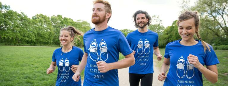 Un grupo de corredores con camisetas diseñadas por ellos mismos como equipación de entrenamiento.
