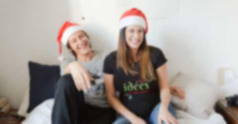 Une famille vêtue de t-shirts personnalisés de différentes couleurs et avec un design original