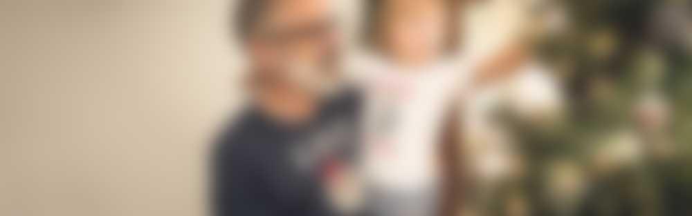 Un grand-père et son petit-fils décorent le sapin de Noël en t-shirt personnalisé
