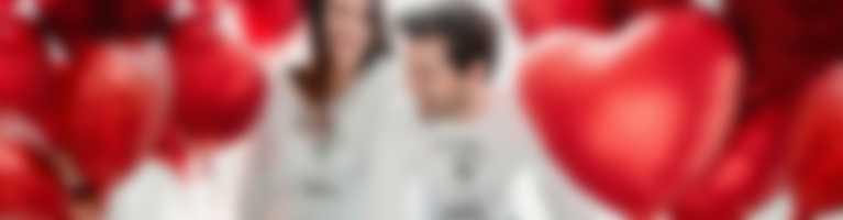 Un couple dans des t-shirts à manches longues avec un design pour la Saint-Valentin.