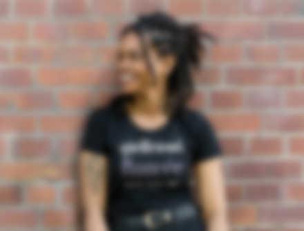 Une femme dans son t-shirt personnalisé