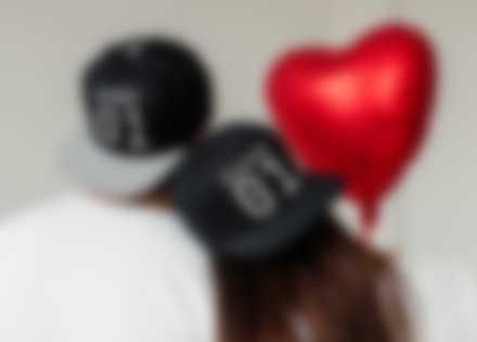 Un couple avec des casquettes personnalisées et un design pour la Saint-Valentin