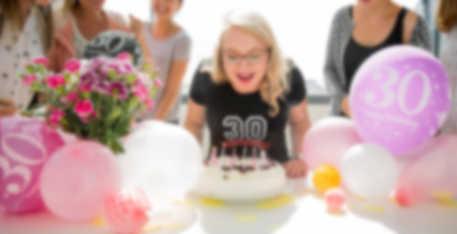 C\'est son anniversaire. Avec son t-shirt anniversaire personnalisé, la fête peut commencer.