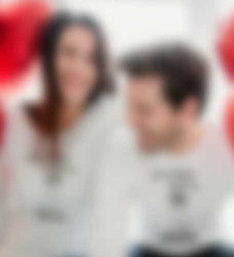 Un couple homme femme trinquant à l\'amour avec une tasse personnalisée.