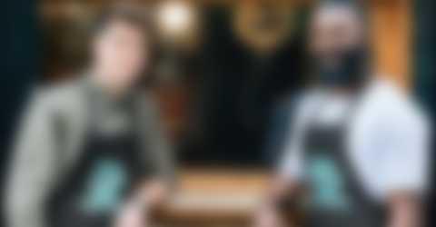 Deux hommes devant un café dans un tablier personnalisé