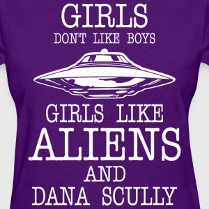 Girls Dont Like Boys Girls Like Aliens And Dana - Women's T-Shirt