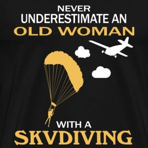 Never underestimate an old woman with a skydiving - Men's Premium T-Shirt