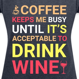 Coffee Keeps Me Busy Until It's Acceptable To Drin - Women´s Rolled Sleeve Boxy T-Shirt