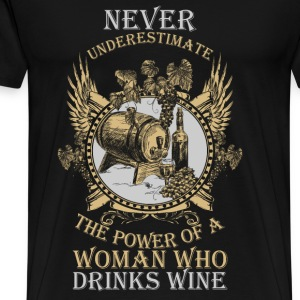 Woman who drinks wine - Never underestimate - Men's Premium T-Shirt
