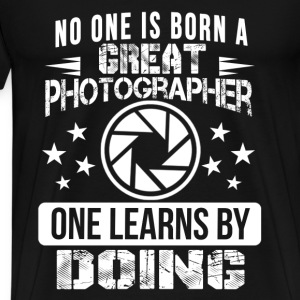 Photography - No one is born a great photographer - Men's Premium T-Shirt