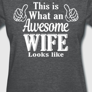 This is what an awesome Sister looks like  - Women's T-Shirt
