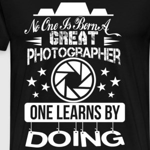 Photographer - No one is born a great photographer - Men's Premium T-Shirt