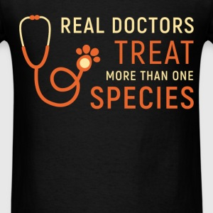 Real doctors treat more than one species - Men's T-Shirt