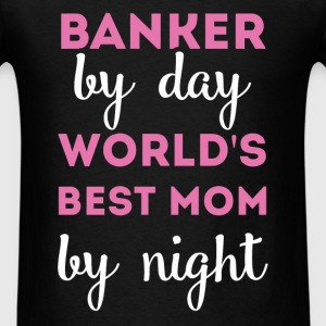 Banker by day world's best Mom by night - Men's T-Shirt