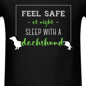 Feel safe at night, sleep with a dachshund - Men's T-Shirt