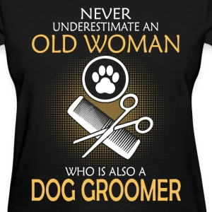 Dog groomer old woman - Never underestimate - Women's T-Shirt