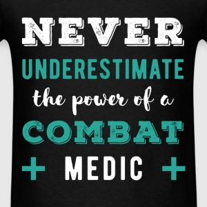 Combat medic - Never underestimate the power of a  - Men's T-Shirt