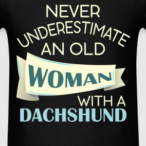 Dachshund - Never underestimate an old woman with  - Men's T-Shirt