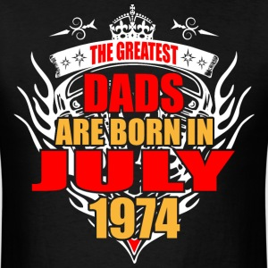 The Greatest Dads are born in July 1974 - Men's T-Shirt