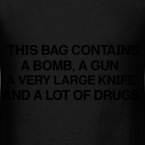 THIS BAG Contains a very large knife and a lot of  - T-shirt pour hommes