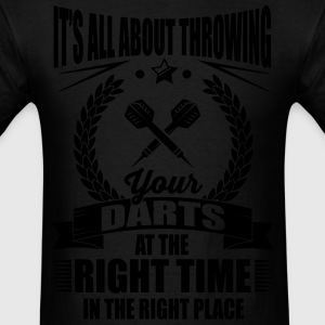 Throw your darts in the right place Hoodies - Men's T-Shirt