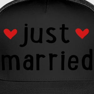 JUST MARRIED Women's T-Shirts - Trucker Cap