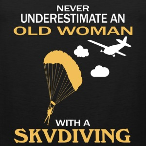 Never underestimate an old woman with a skydiving - Men's Premium Tank