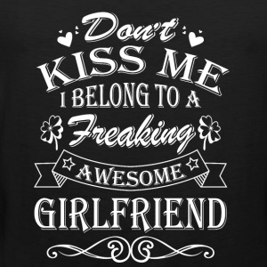 Girlfriend - Don't kiss me I belong to girlfriend - Men's Premium Tank