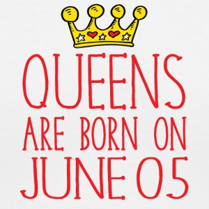 Queens are born on June 05 - Women's V-Neck T-Shirt
