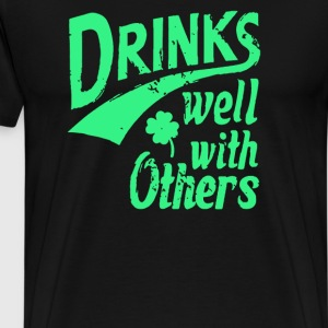 Drinks Well With Others St Patricks Day Beer Drunk - Men's Premium T-Shirt