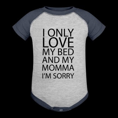 I only love me bed and my mom - Baby Contrast One Piece