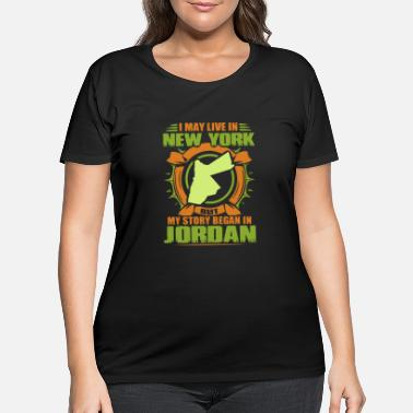 i may live in new york but my stoamericary began i - Women's Plus Size T-Shirt