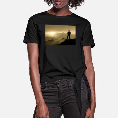 Horizon Man standing on summit enjoying sunrise and specta - Women's Knotted T-Shirt