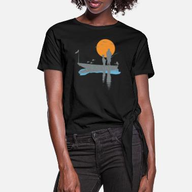 Fly T-shirt fisherman in boat with bird and fish - Women's Knotted T-Shirt