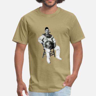 Dive Vintage Vintage Diver with Diving Helmet and Pipe - Men's T-Shirt