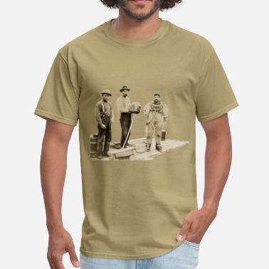 Diving History Vintage Diver with Diving Helmet and Assistants - Men's T-Shirt