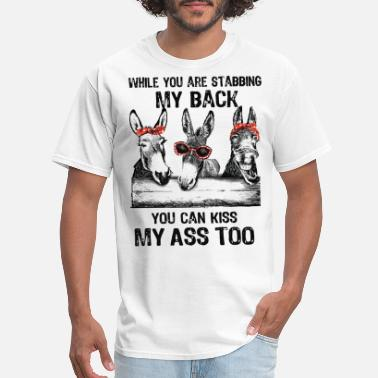 Kiss while you are stabbing my back you can kiss my ass - Men's T-Shirt
