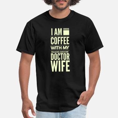 Husband Doctor Drinking coffe with awesome doctor wife - Men's T-Shirt