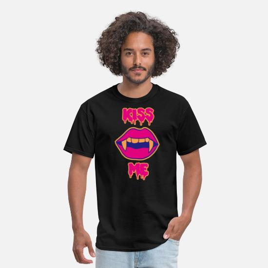 Love T-Shirts - Sexy Kiss Me Halloween vampire lips - Men's T-Shirt black