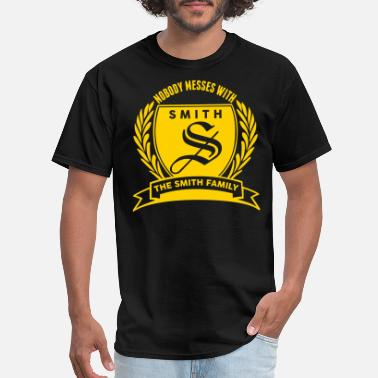 Family Crest Nobody Messes With The Smith Family - Men's T-Shirt