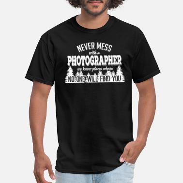 Never never mess with a photographer - Men's T-Shirt