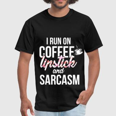 Lipstick - I run on coffee, lipstick and sarcasm - Men's T-Shirt