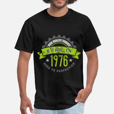 1976 Year Born in the year 1976 b - Men's T-Shirt