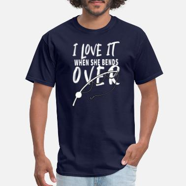 Over 40 i love it when she bends over fishing - Men's T-Shirt