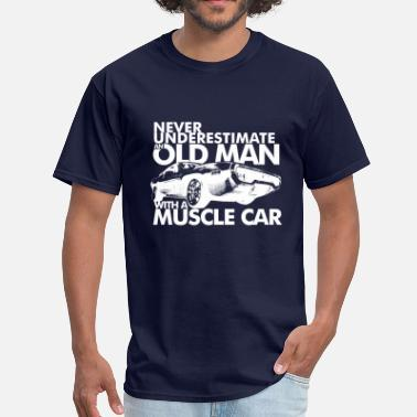 Muscle Car NEVER UNDERESTIMATE AN OLD MAN WITH A MUSCLE CAR W - Men's T-Shirt