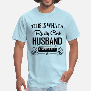 This Is What An Awesome Girlfriend Looks Like This Is What A Really Cool Husband Looks Like - Men's T-Shirt