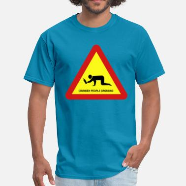 Bangkok Beer Pong DRUNKEN PEOPLE CROSSING TRAFFIC SIGN - Men's T-Shirt