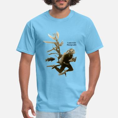 Underwater Scene with Vintage Diver and Camera - Men's T-Shirt