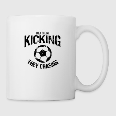 THEY SEE ME KICKING THEY CHASING - Soccer T-Shirt - Coffee/Tea Mug