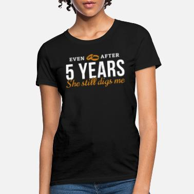 Quotes Couples After 5 Years She Still Digs Me Gift For 5th - Women's T-Shirt